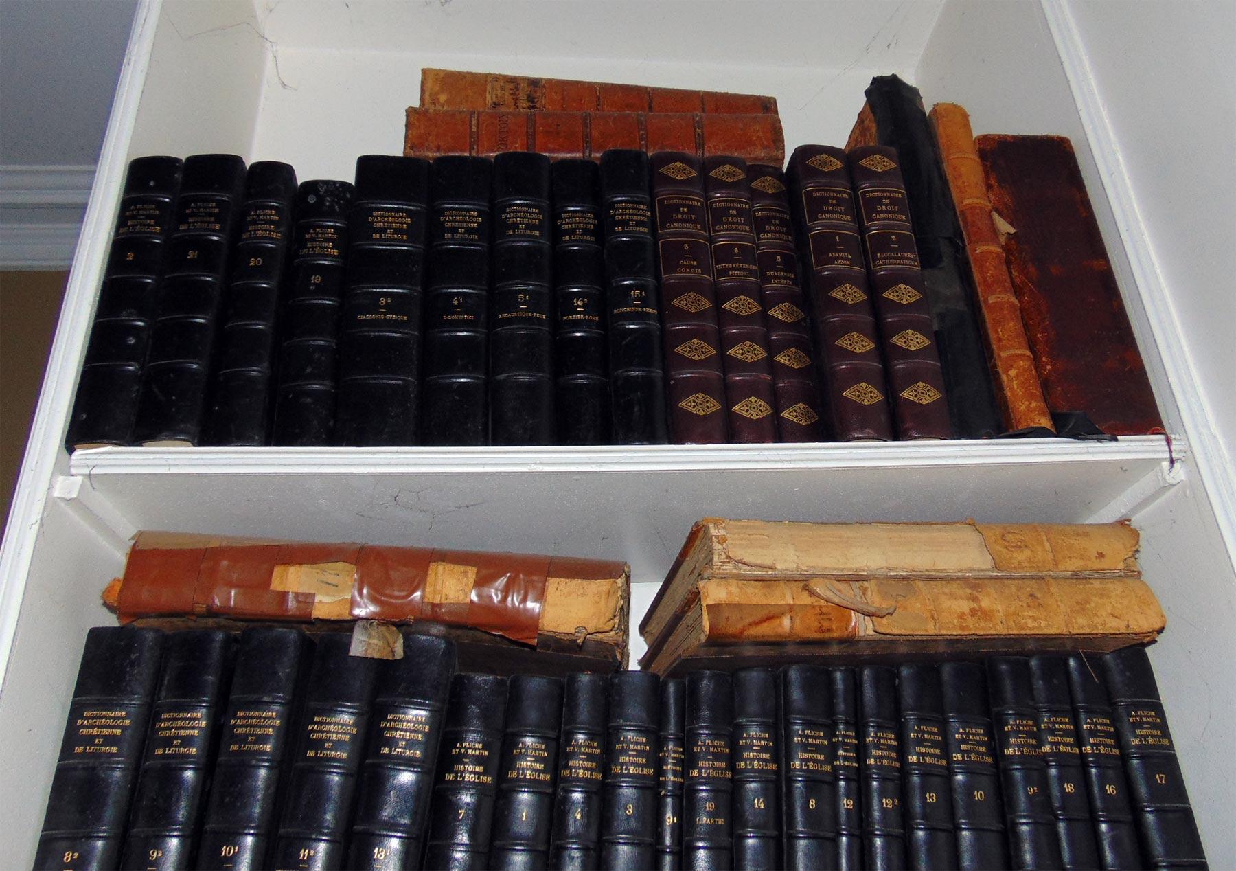 старинные книги в библиотке русского дома на Сент-Женевьев де Буа
