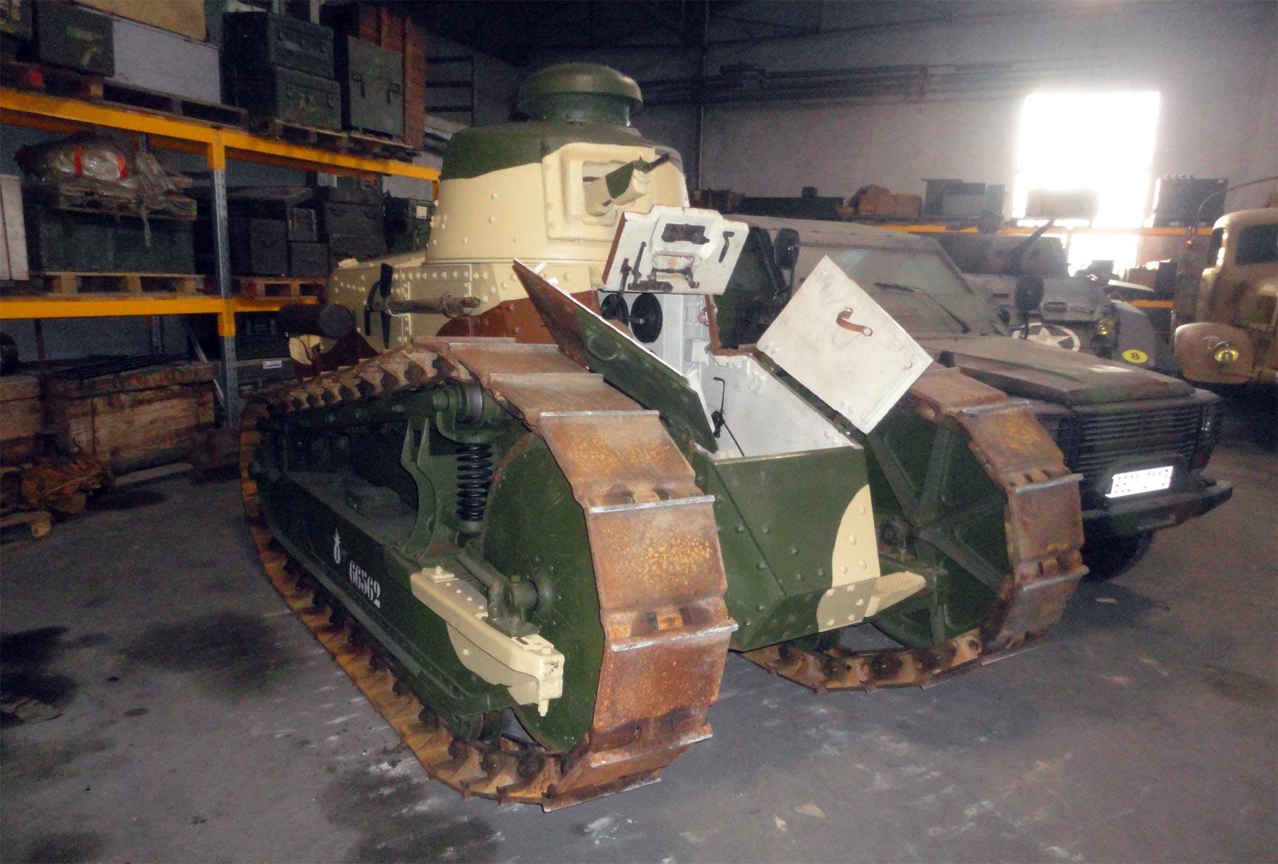 танки первой мировой войны в танковом музее в Сомюре