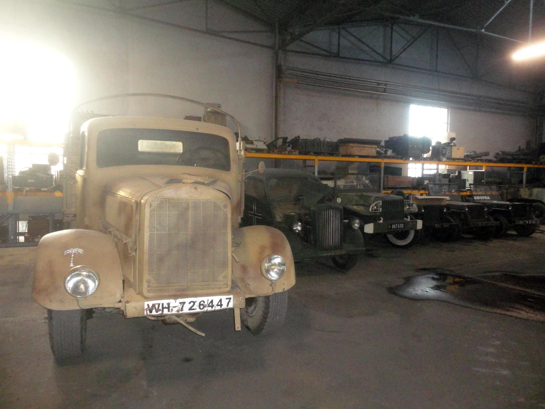военные автомобили Второй Мировой войны в танковом музее в Сомюре