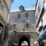 крепостные ворота и строения Мон Сен Мишель