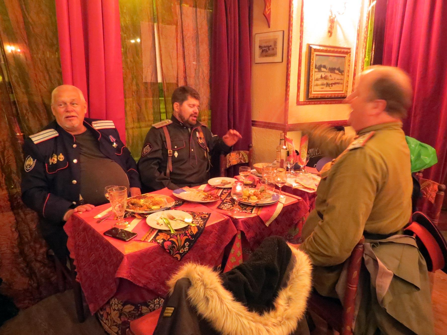 Русская кухня в Париже, казаки гуляют