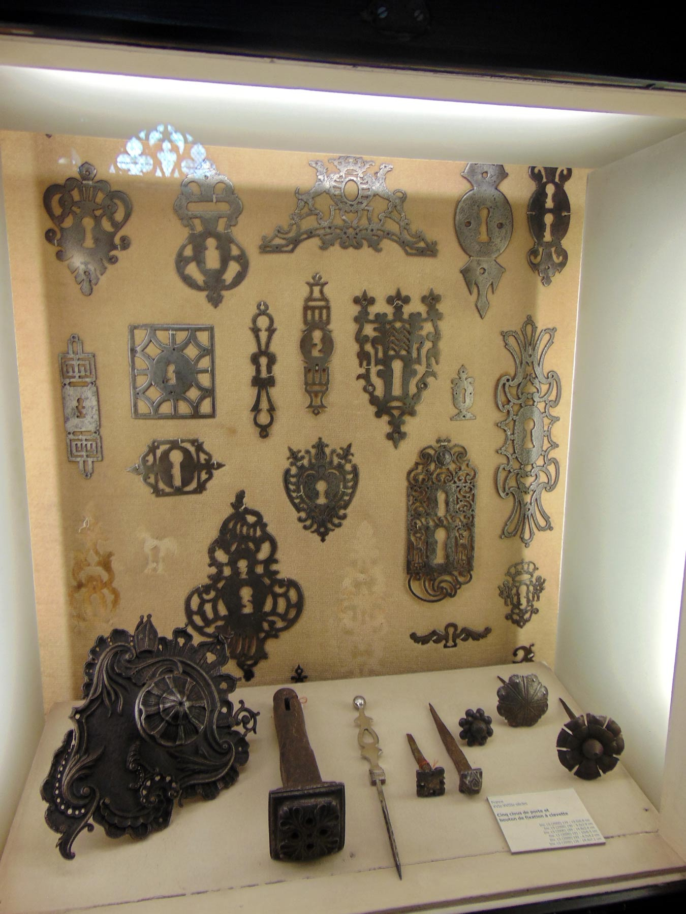 старинные гербы на двери