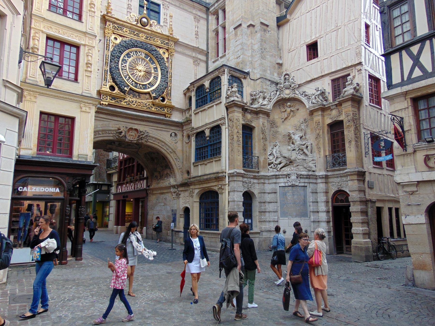 туристы возле городских часов
