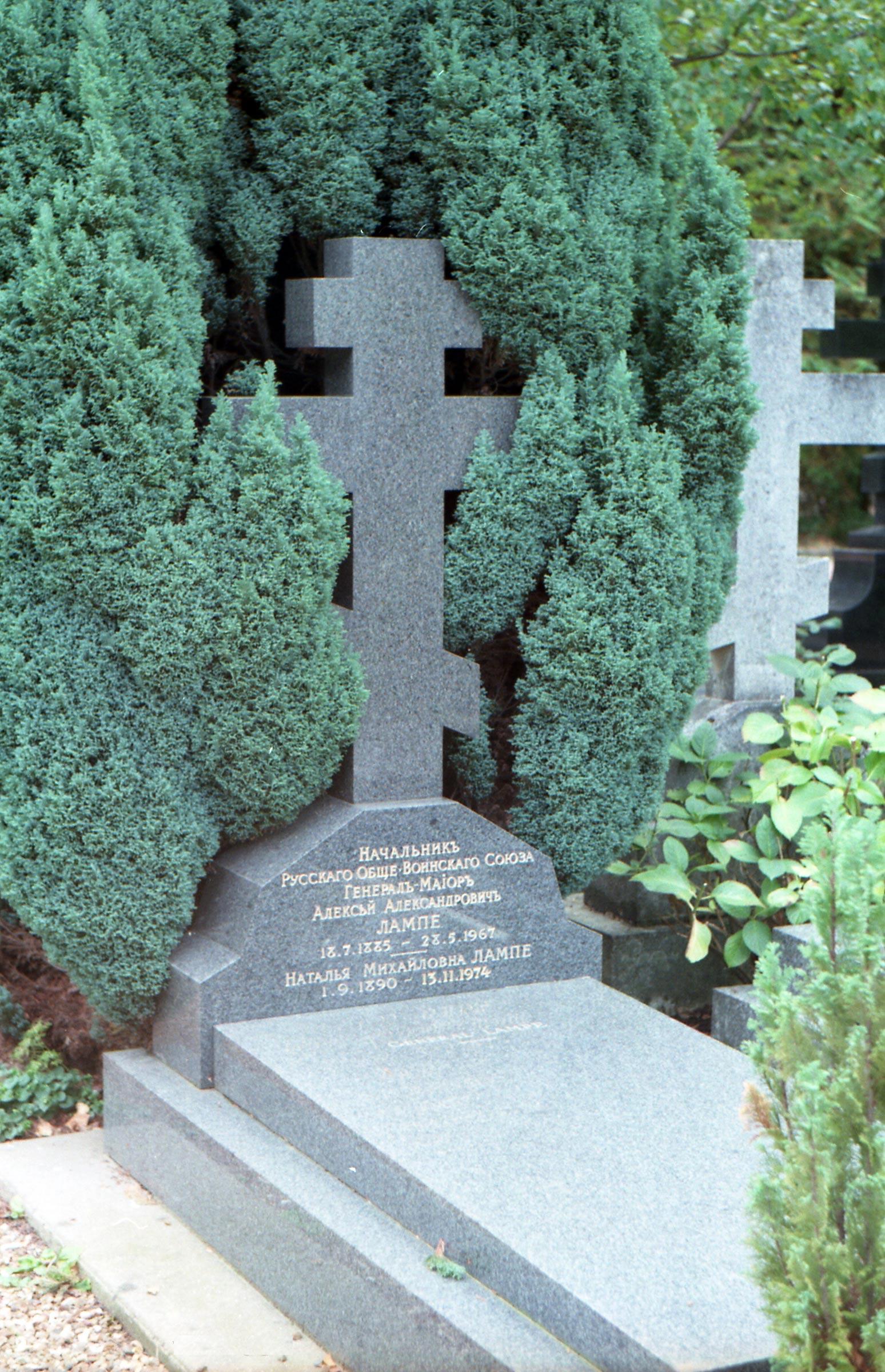 посещение Сент-Женевьев-де-Буа в 1998 году, мемориалы