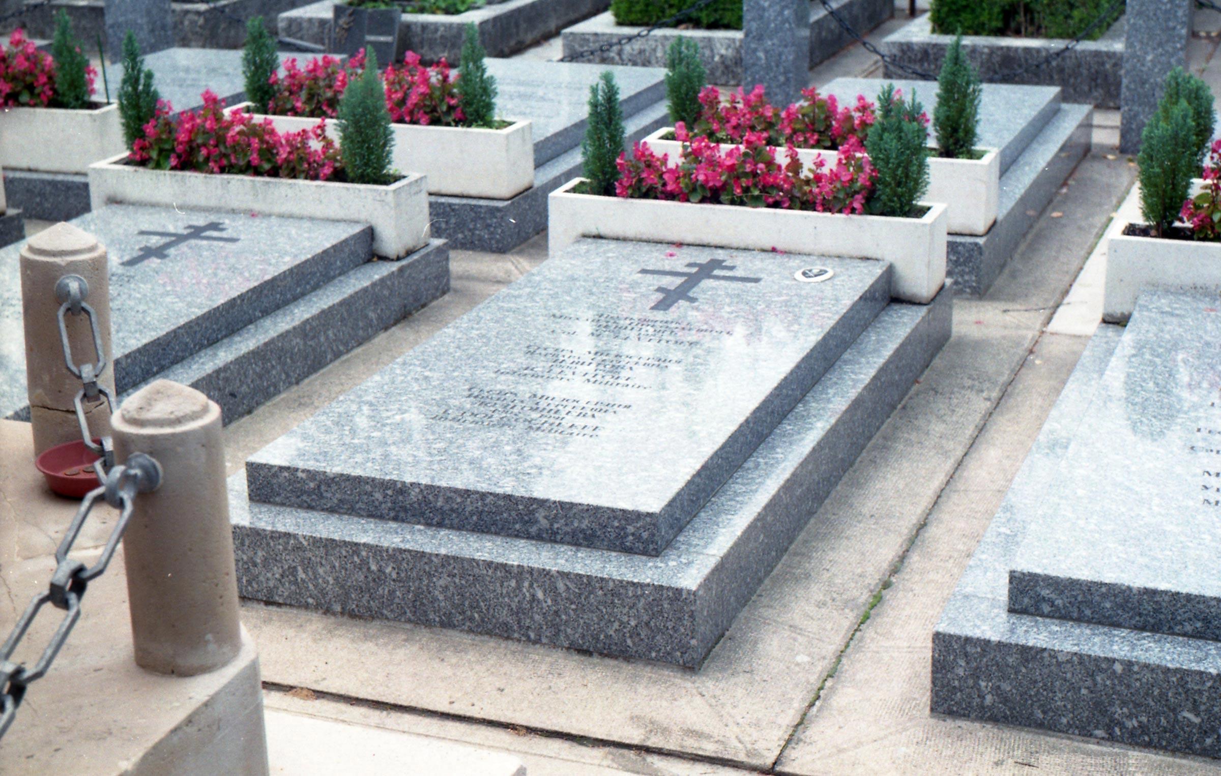 осмотр достопримечательностей кладбища Сент-Женевьев-де-Буа