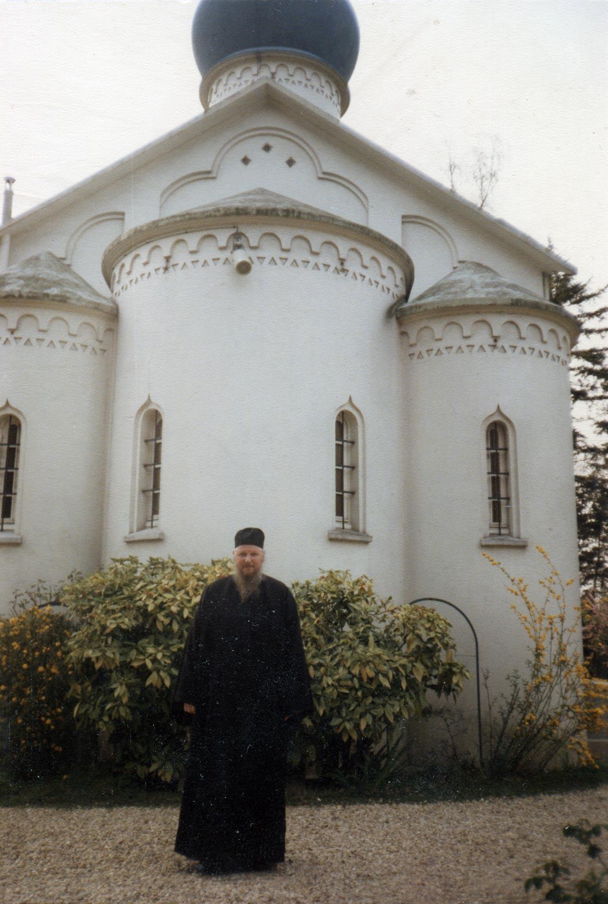 Русская Православная церковь в Сент-Женевьев-де-Буа в 1991 году