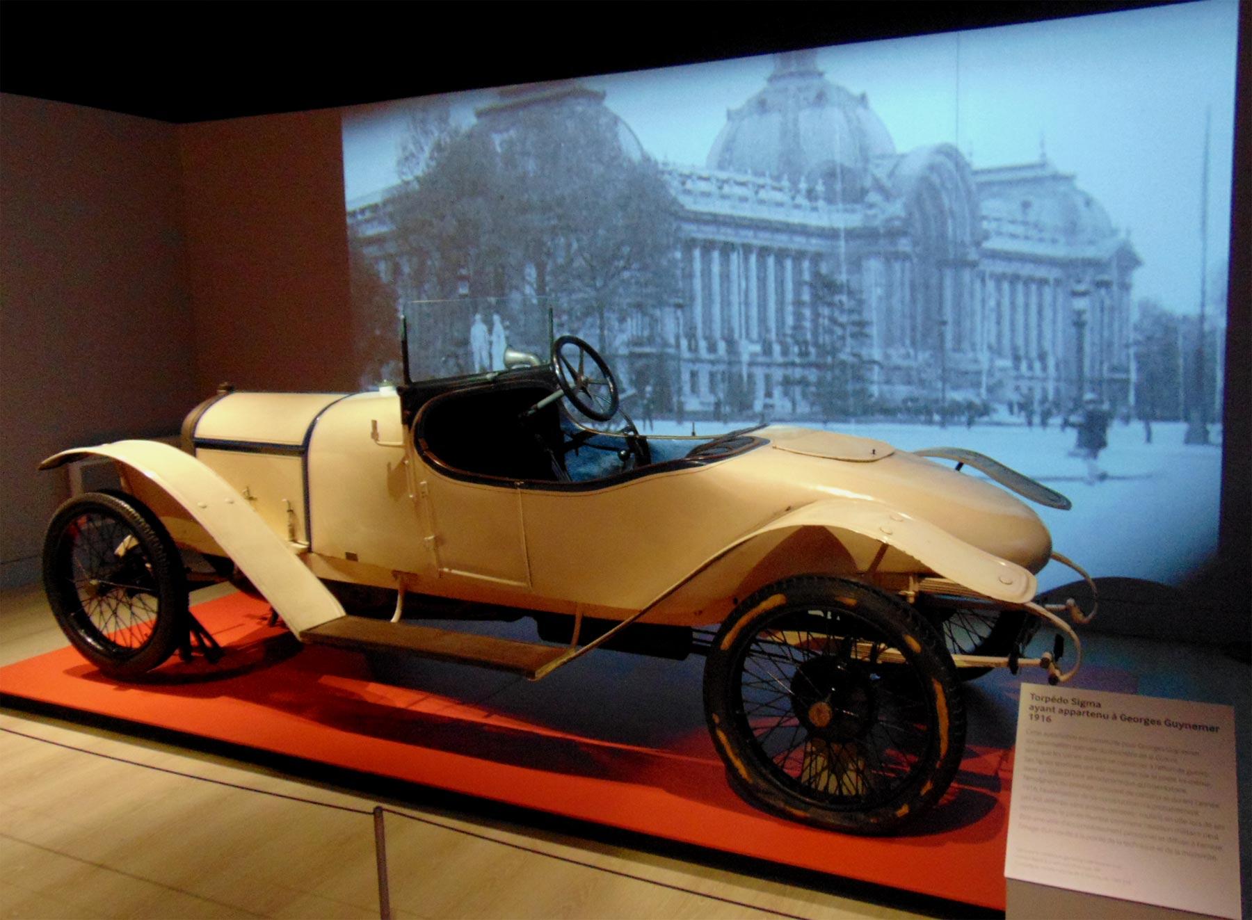 автомобиль на выставке музея авиации и космонавтики в ле Бурже