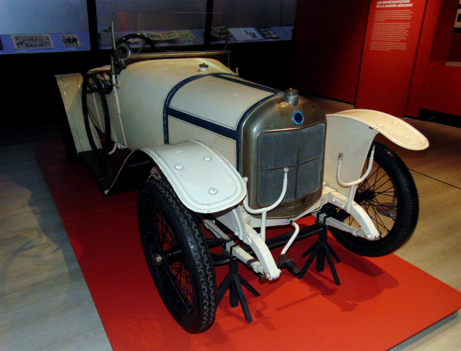 военный автомобиль первой мировой войны в муззее ле Бурже