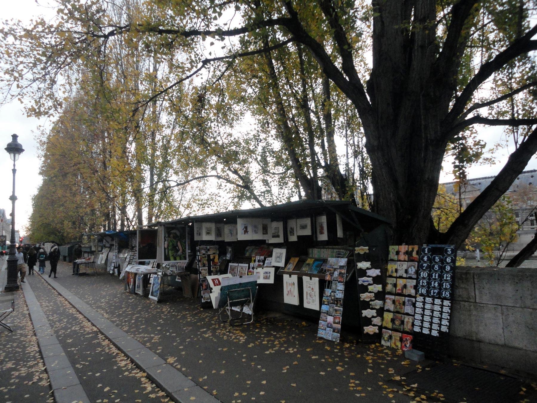 сувенирные ряды в Париже